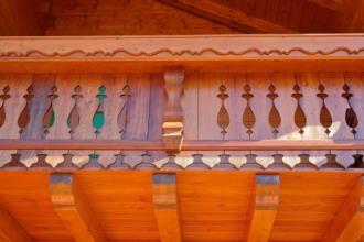 Casa in legno prefabbricata Illegio. Dettaglio terrazza in legno facciata