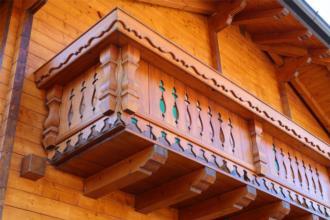 """Casa prefabbricata in legno """"La-Baita"""" Illegio. Dettaglio angolo terrazza."""