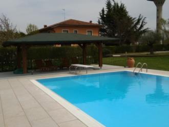 Gazebo a bordo piscina da noi realizzato a Romans d'Isonzo